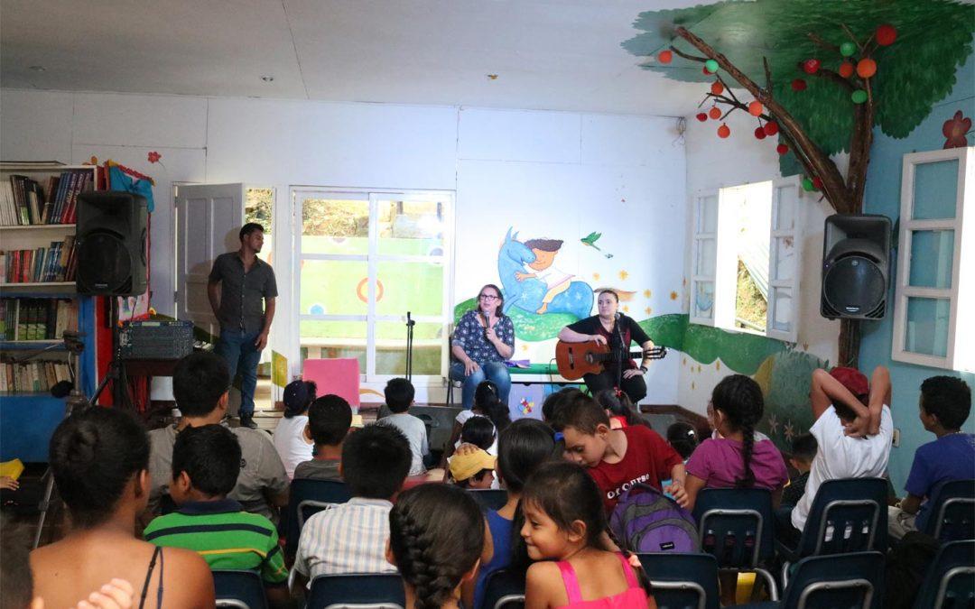 Biblioteca municipal recibe a Katia Cardenal